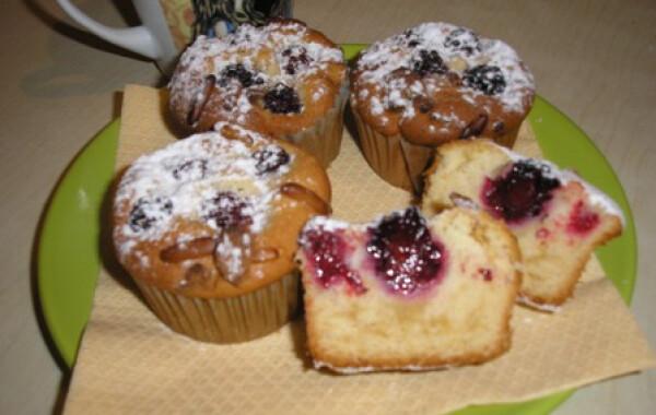 Marcipános-feketeszedres muffin