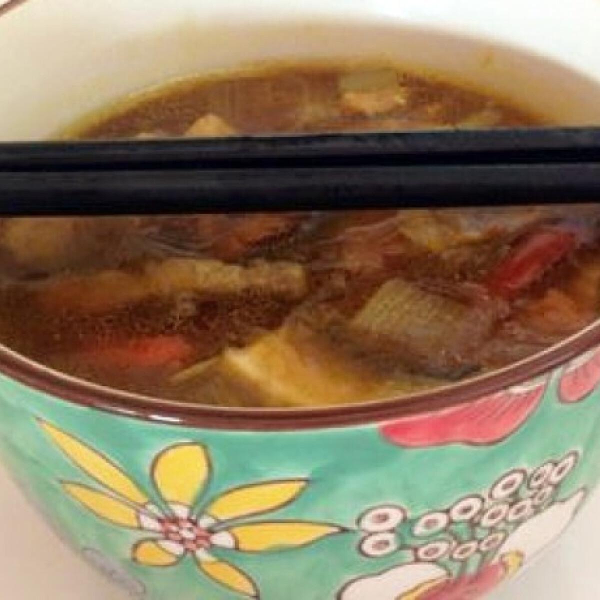 Ezen a képen: Kínai leves Mercedes konyhájából