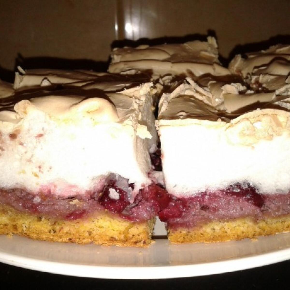 Ezen a képen: Meggyes-diós-habos sütemény