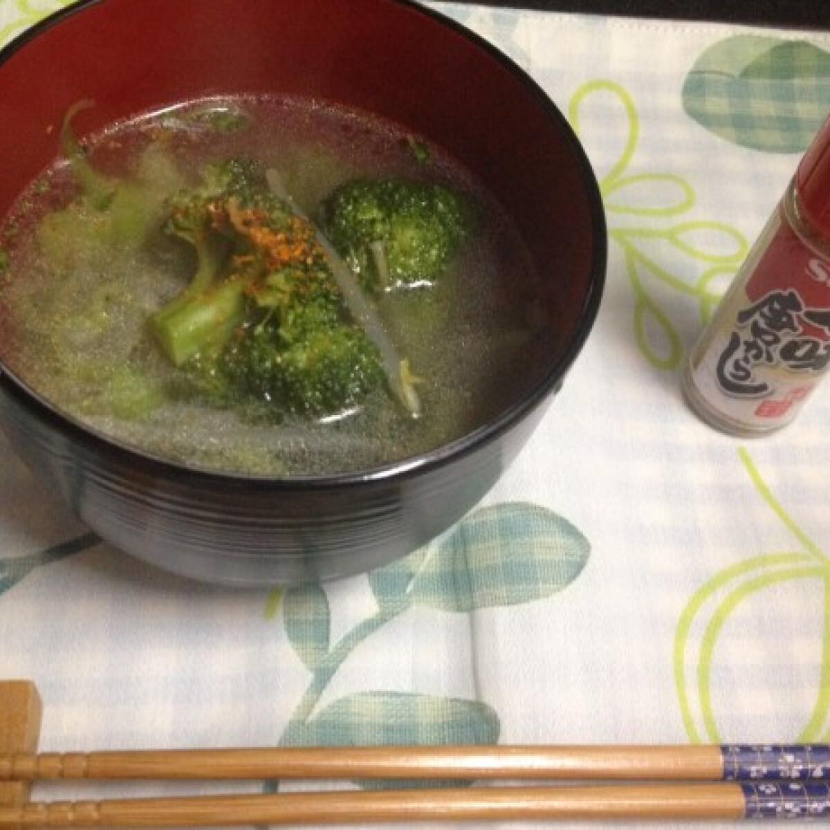 Ezen a képen: Brokkolis-chilis mungóbabcsíra leves