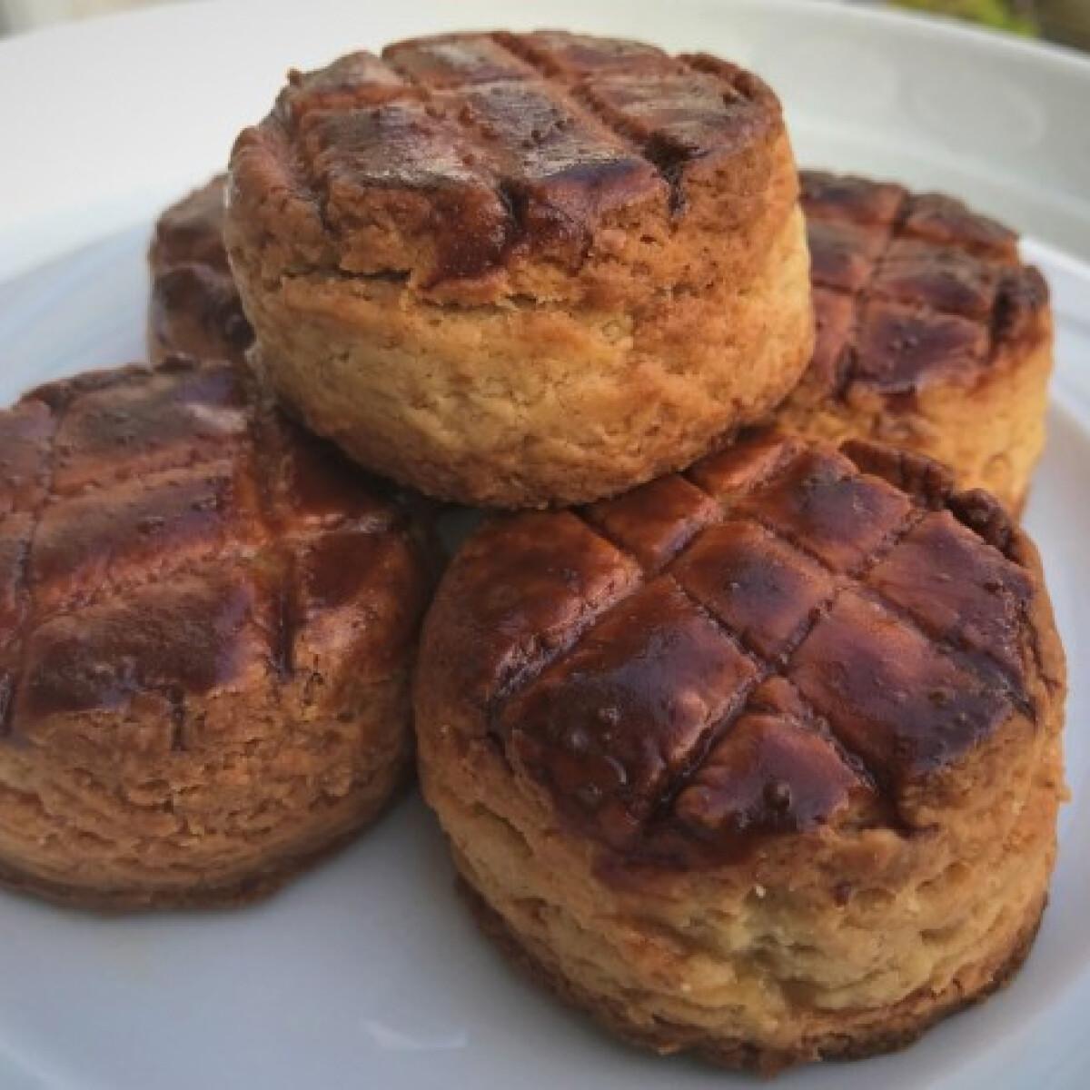Ezen a képen: Omlós tepertős pogácsa