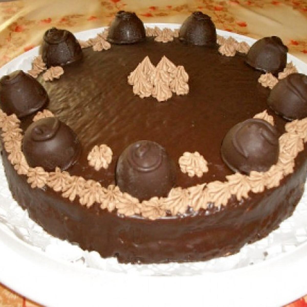 Ezen a képen: Konyakmeggyes csokitorta