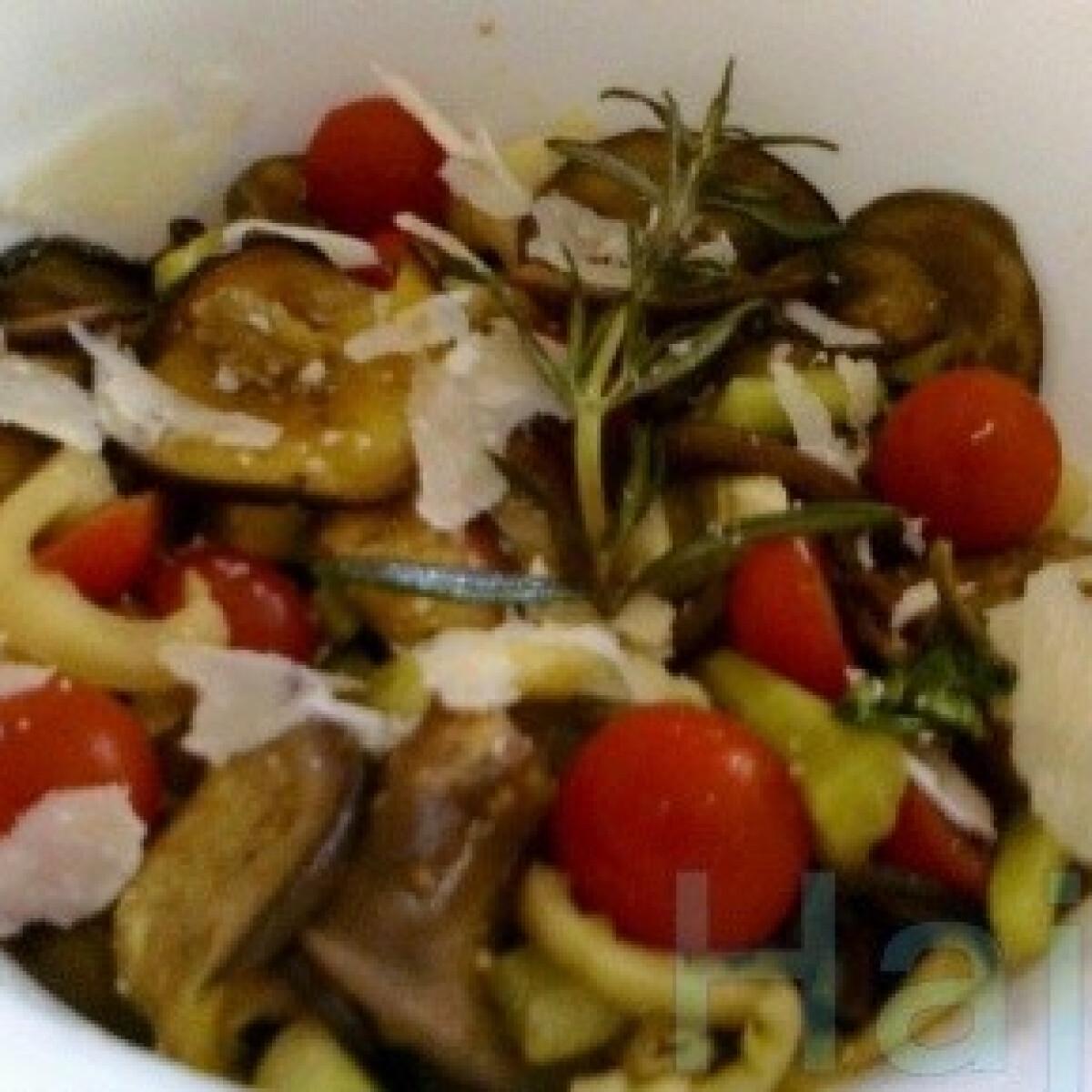 Ezen a képen: Padlizsános grillsaláta zöldfűszerekkel