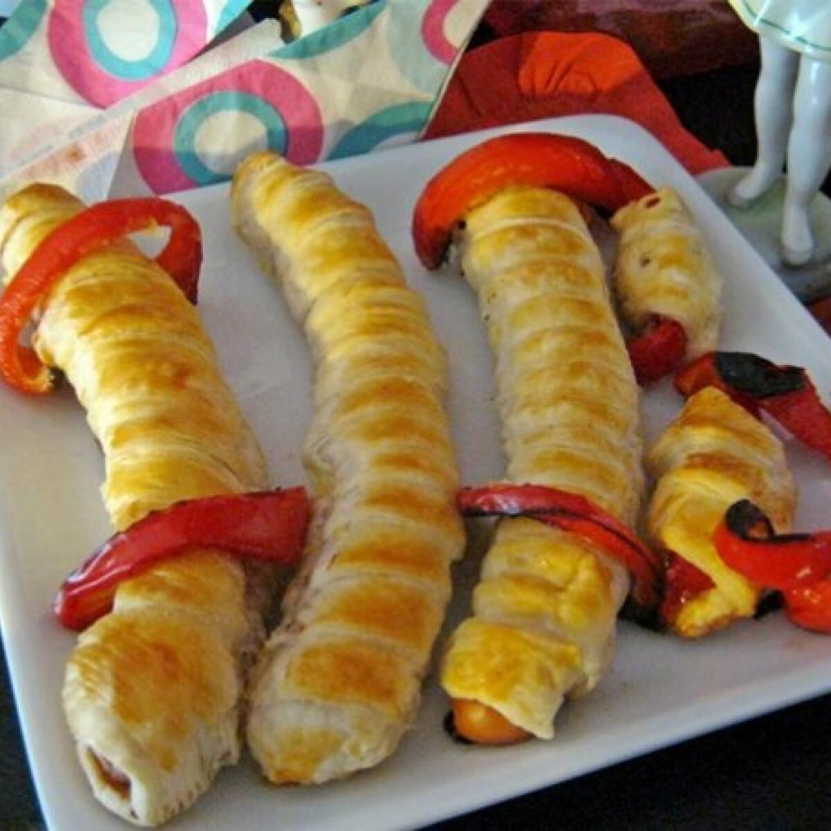 Ezen a képen: Virslis tekercsek sült paprika szeletekkel