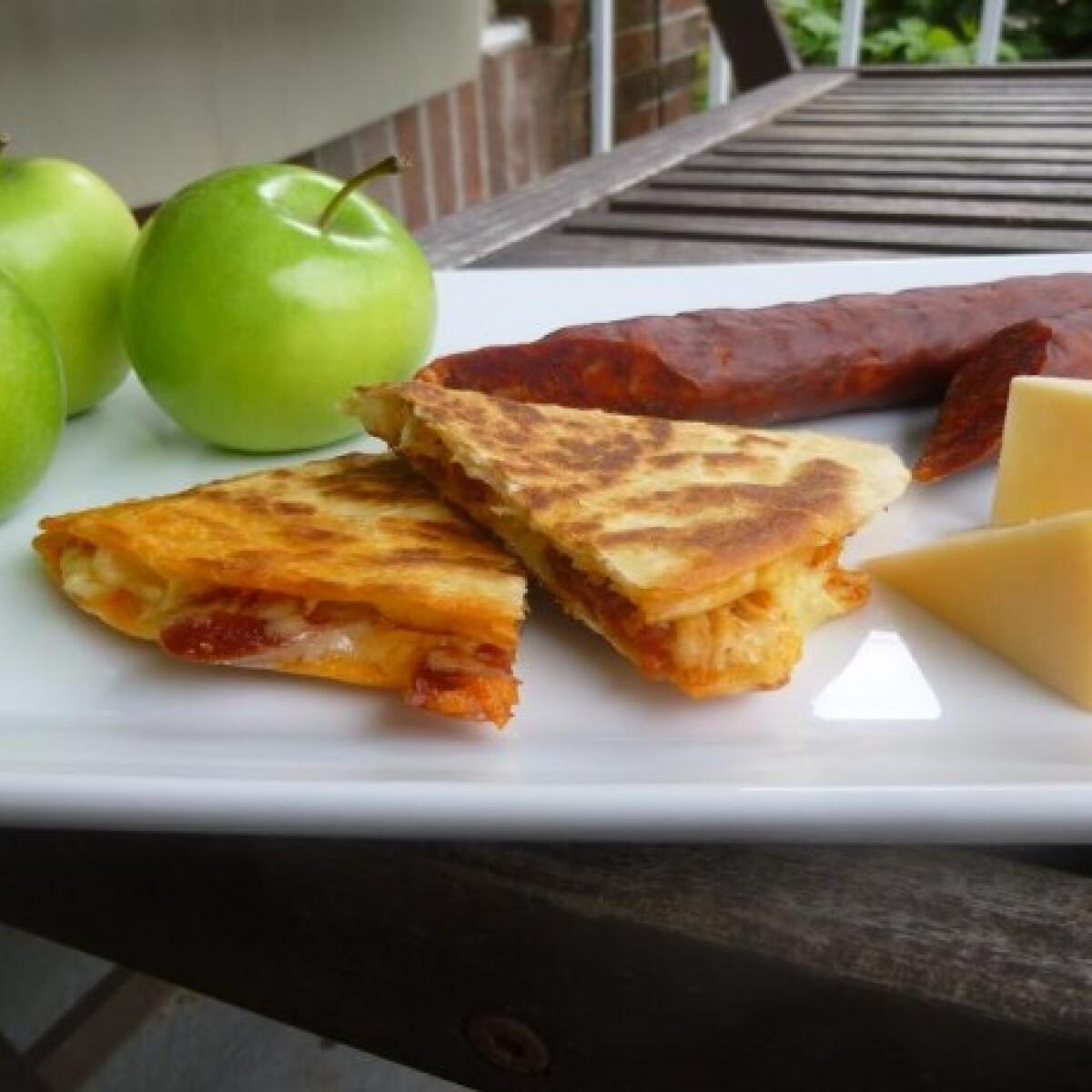 Ezen a képen: Almás-sajtos quesadilla chorizoval