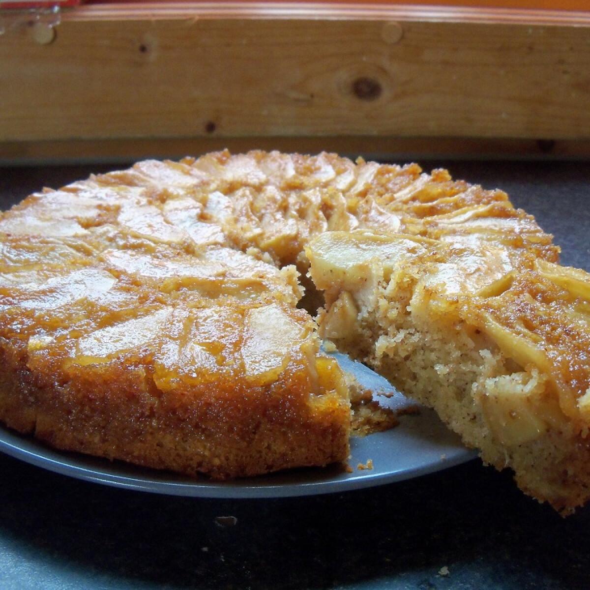 Ezen a képen: Kifordított almás süti