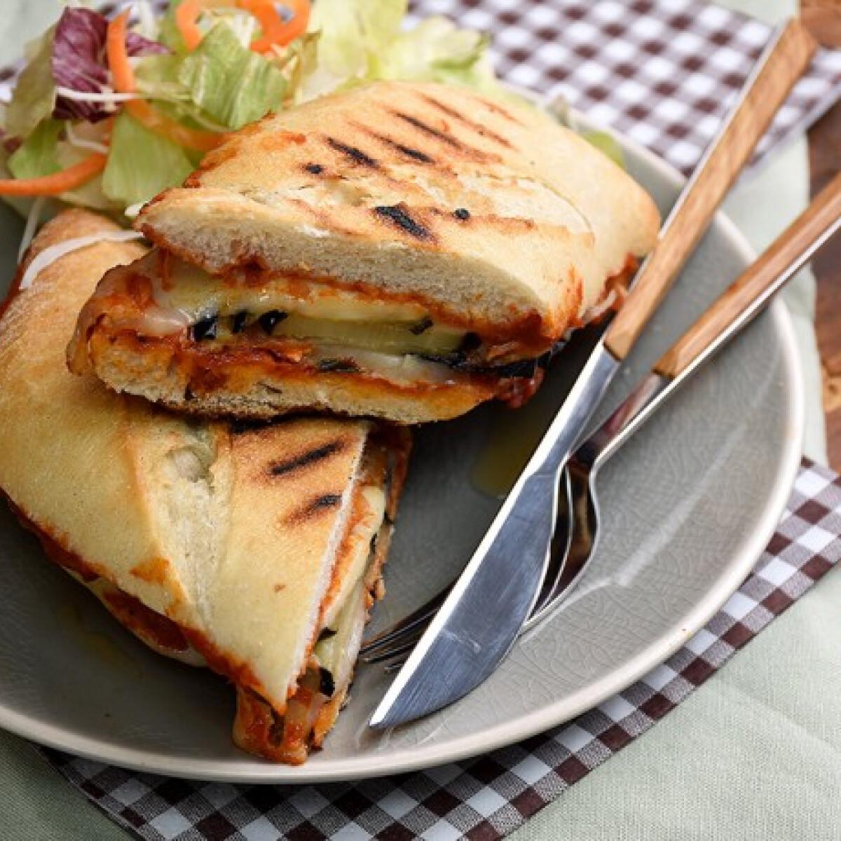 Ezen a képen: Padlizsános-kecskesajtos grillszendvics