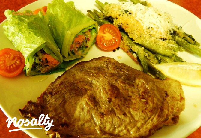 Ezen a képen: Citromos borjúszelet parmezánmorzsás zöldbabbal és salátatekerccsel