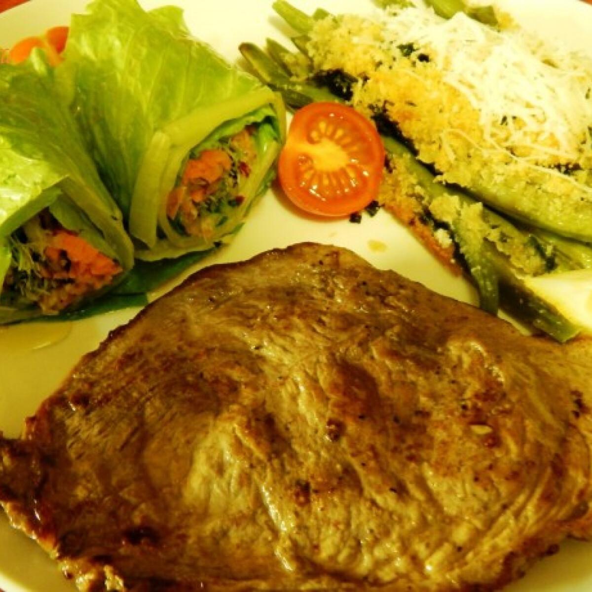 Citromos borjúszelet parmezánmorzsás zöldbabbal és salátatekerccsel