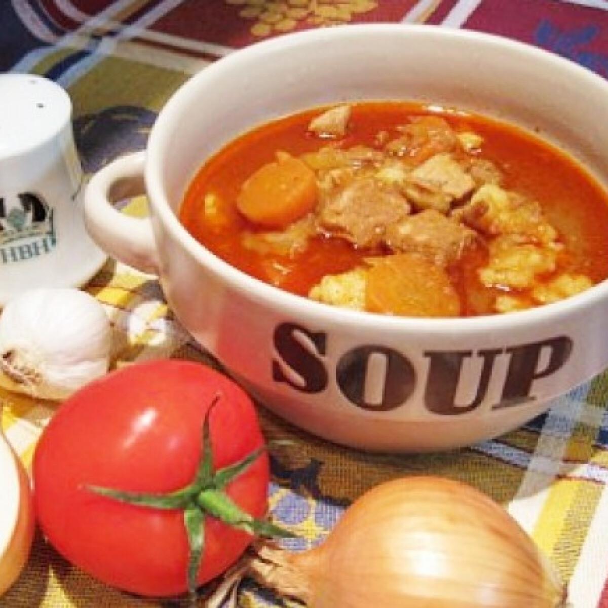 Ezen a képen: Gulyásleves Katharosz konyhájából
