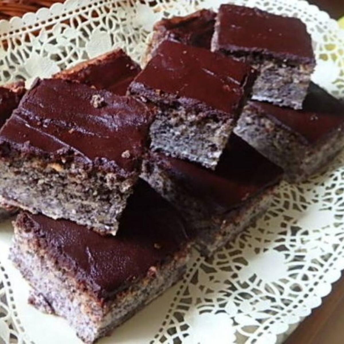 Ezen a képen: Almás-mákos kocka csokoládétetővel