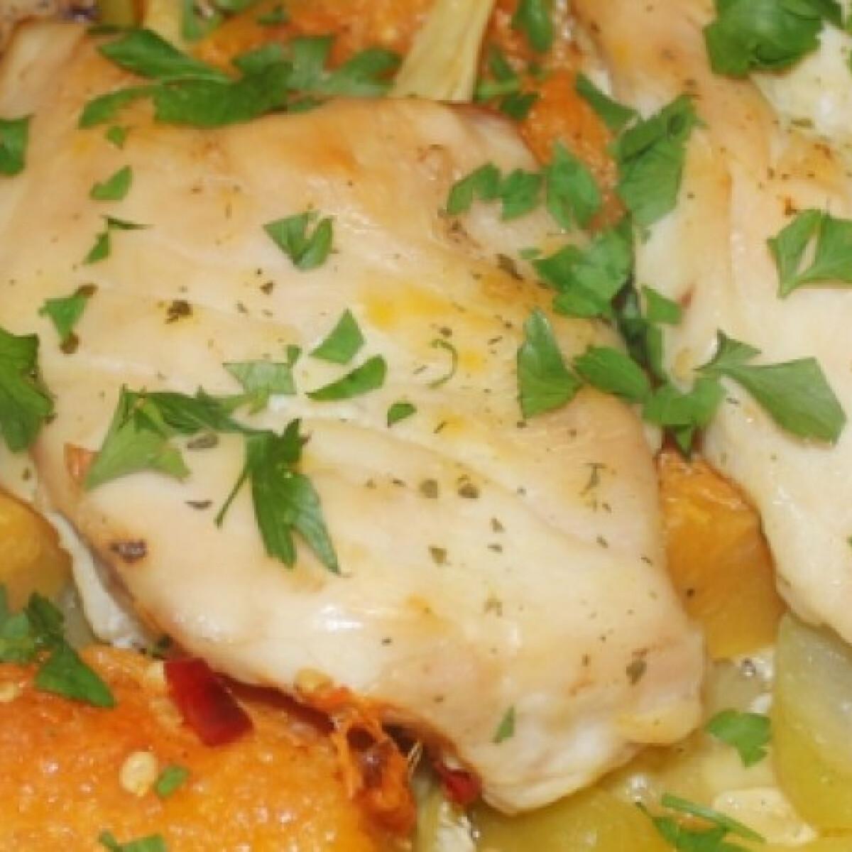 Ezen a képen: Sütőpapírbatyuban sült csirke
