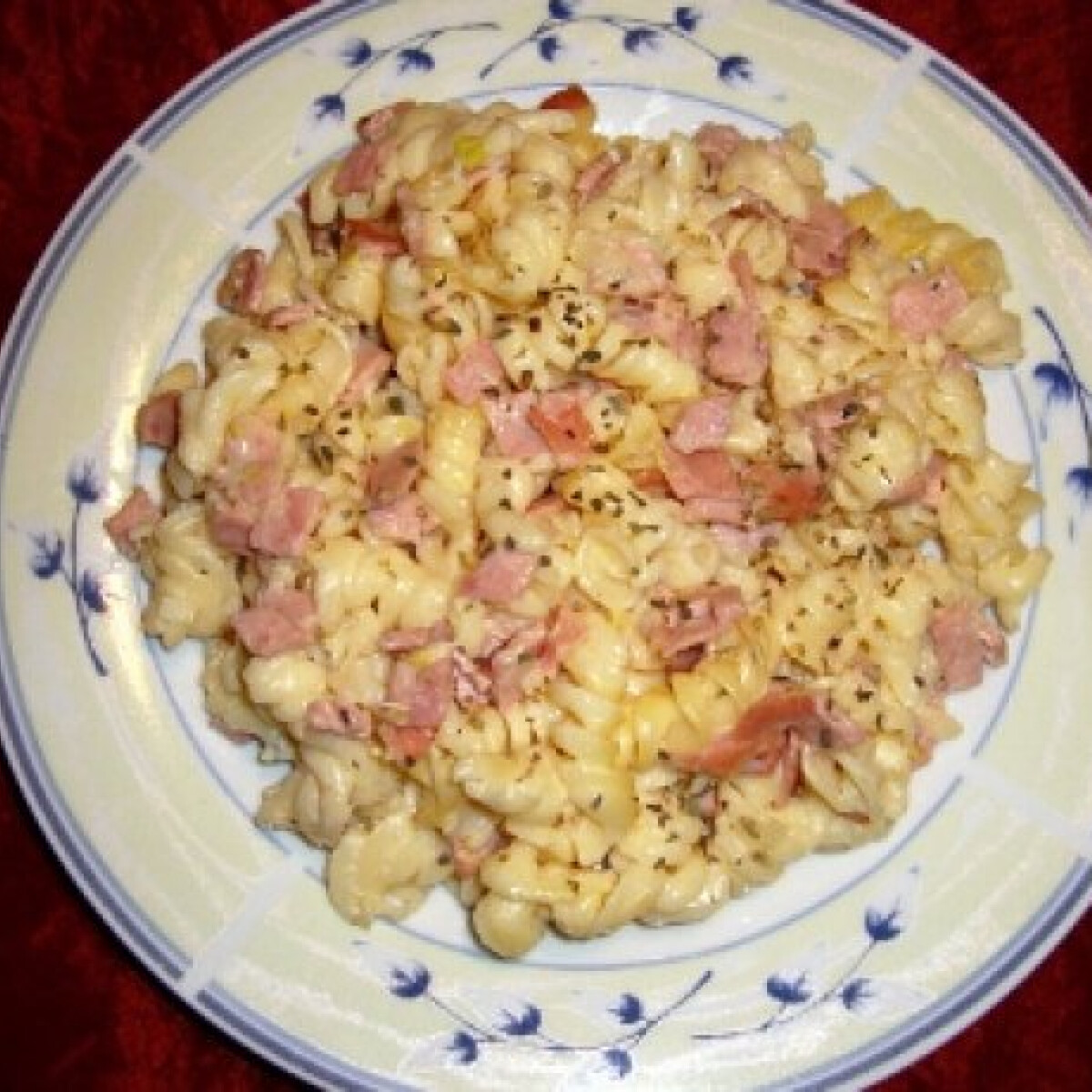 Ezen a képen: Sonkás-sajtos-zöldfűszeres tészta