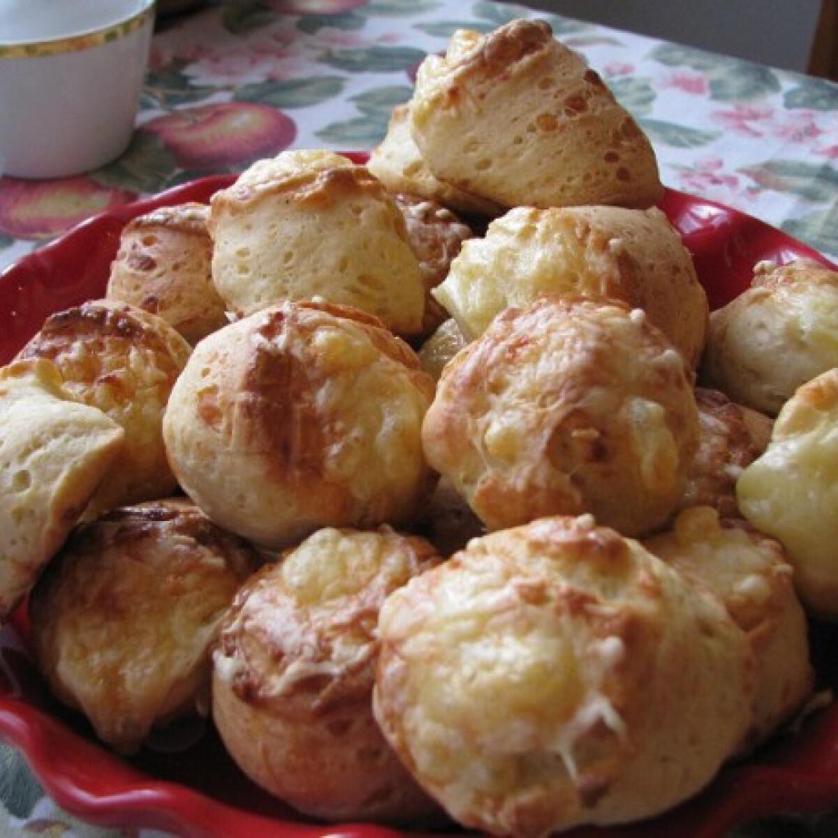 Ezen a képen: Hidegen kelesztett sajtos-túrós pogácsa