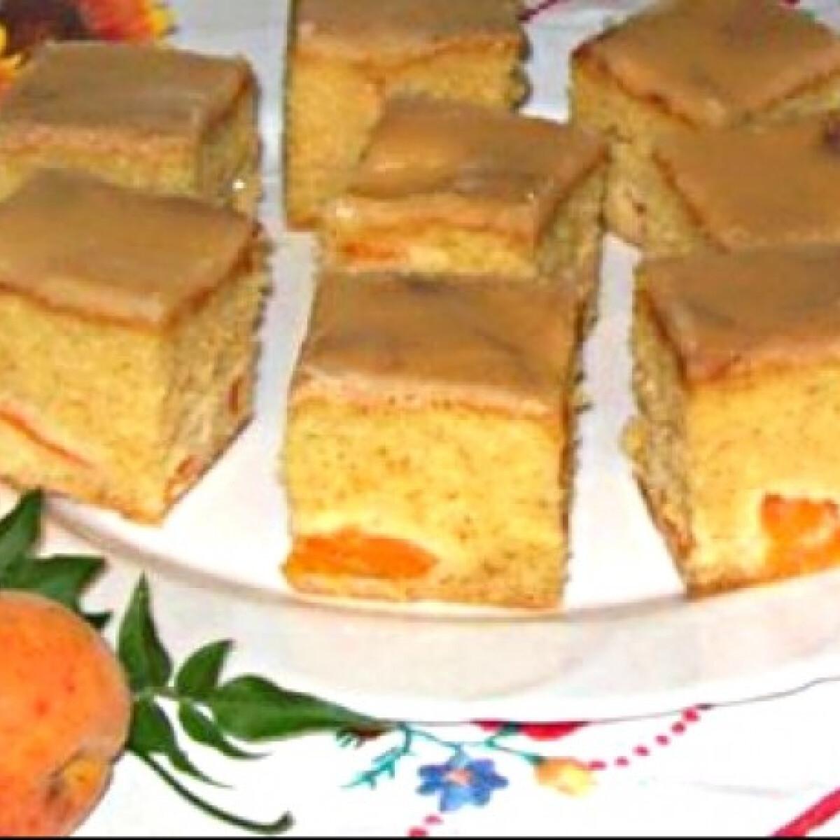 Ezen a képen: Barackos kevert sütemény mázzal