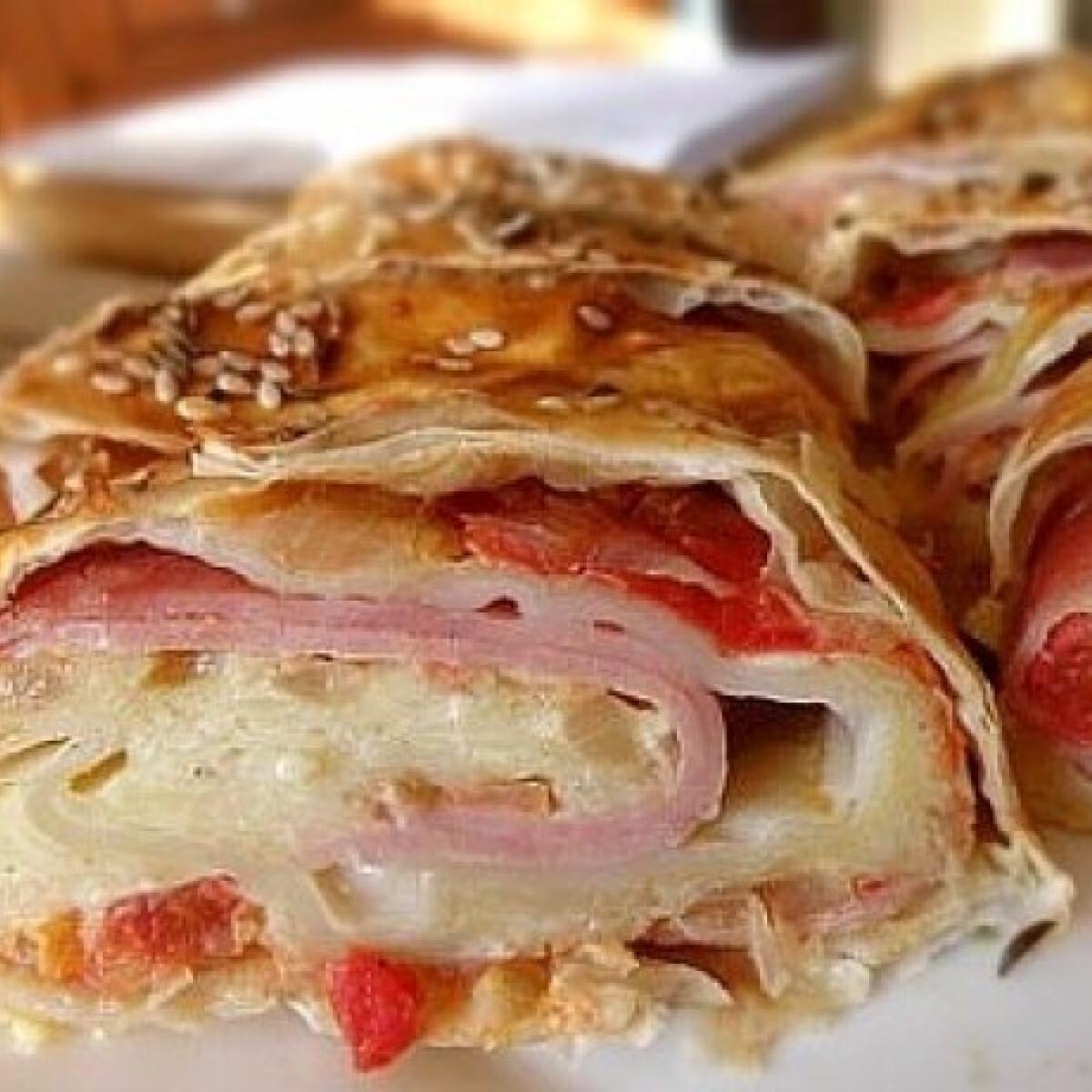 Ezen a képen: Sonkás-sajtos-paradicsomos rétes
