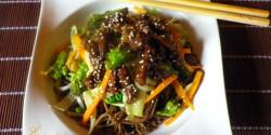 Szezámos ázsiai marhacsíkok soba tésztával