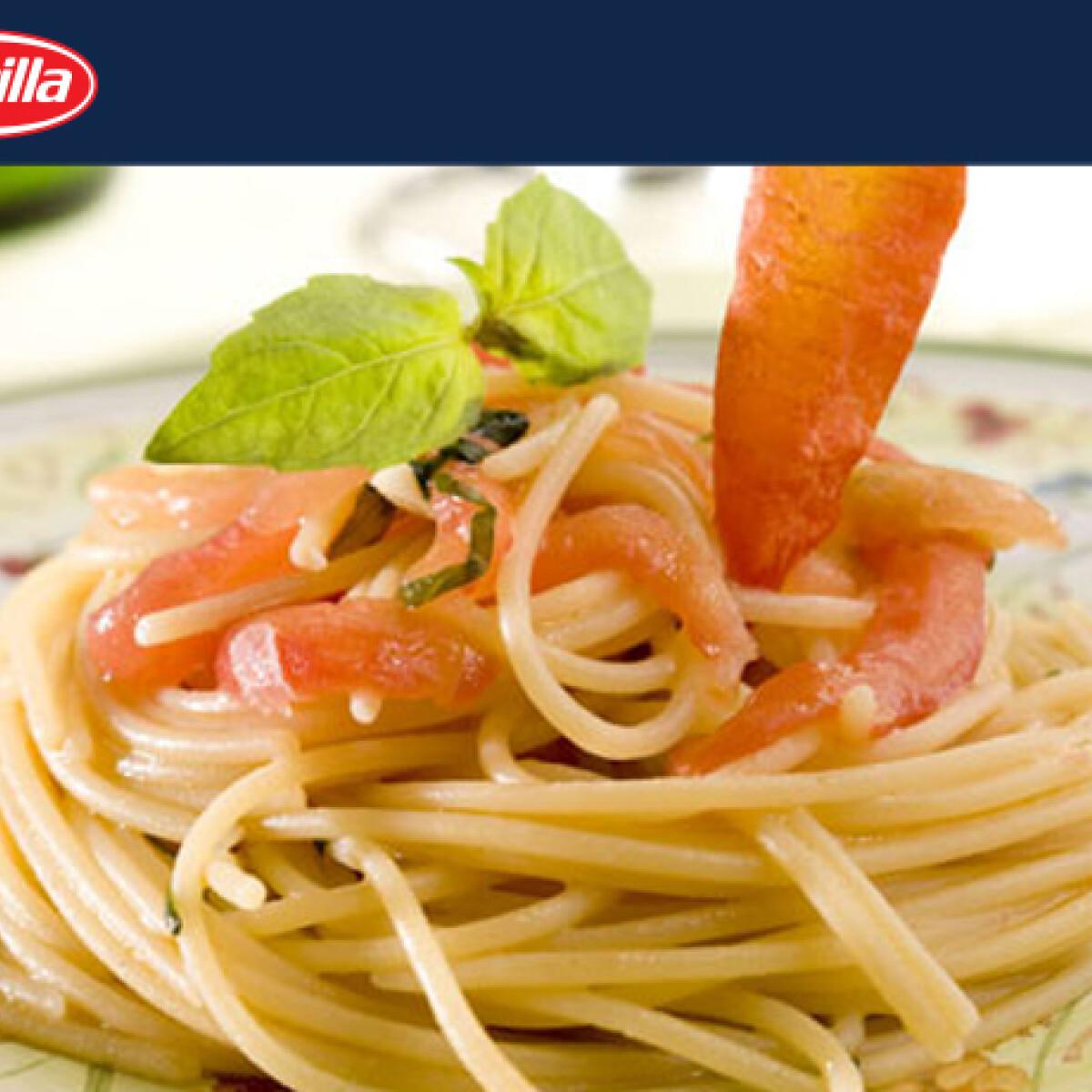 Ezen a képen: Spagetti bazsalikommal és paradicsommal