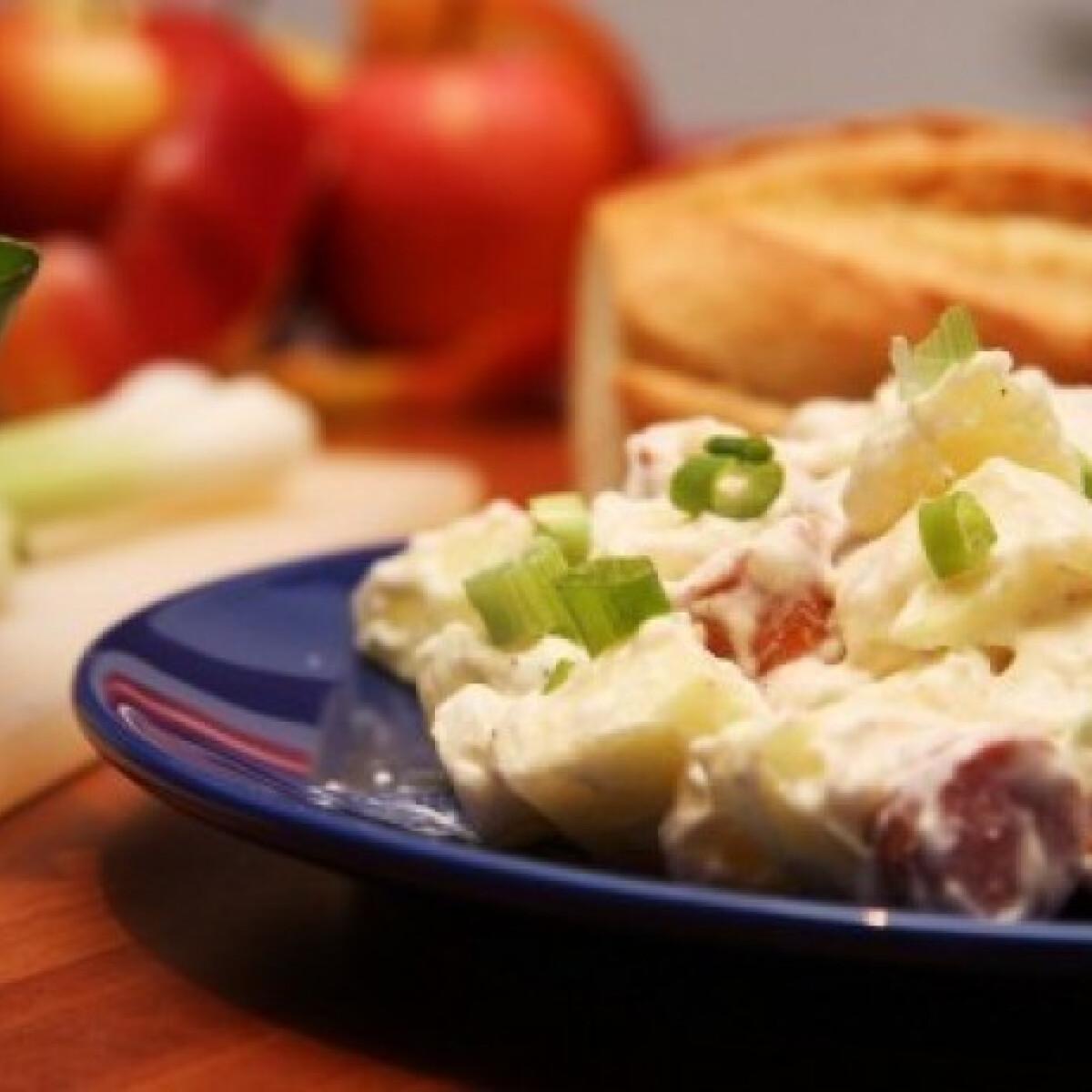 Ezen a képen: Virslis-almás-majonézes saláta