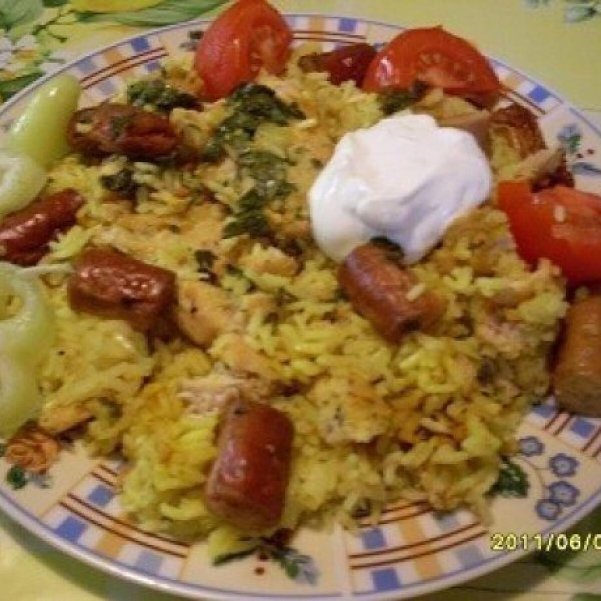 Ezen a képen: Zöldfűszeres-kurkumás rakott csirkemell rizzsel