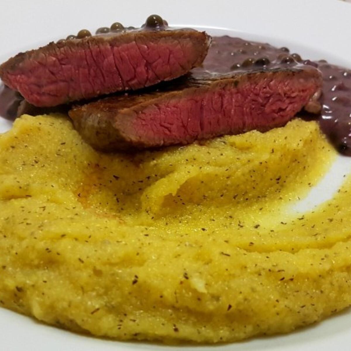 Ezen a képen: Medium ribeye steak borsmártással és polentával