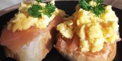 Füstölt lazacos-tojásos falatkák