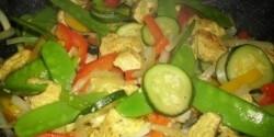 Serpenyős fűszeres csirkemell sok zöldséggel