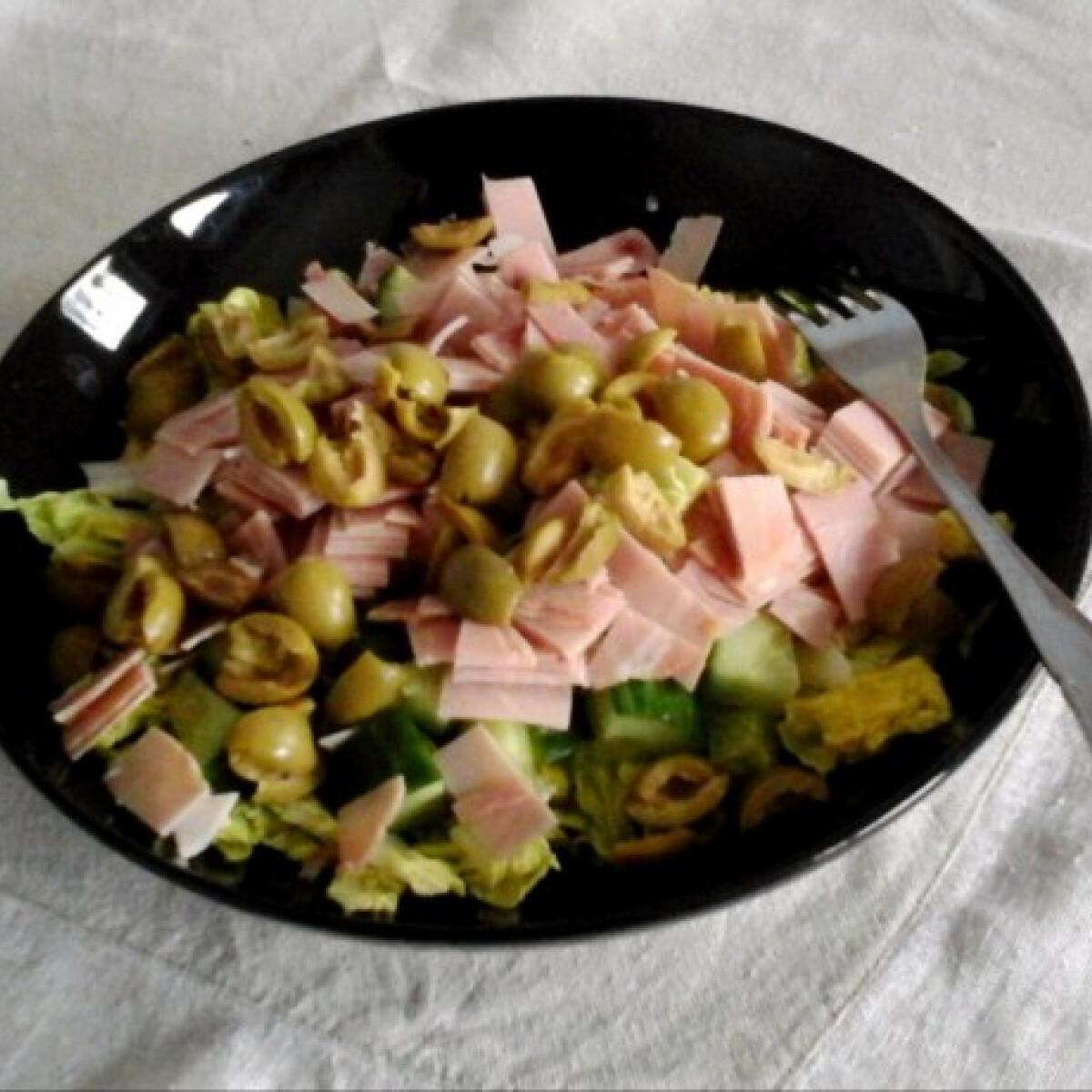 Sonkás-olívabogyós saláta