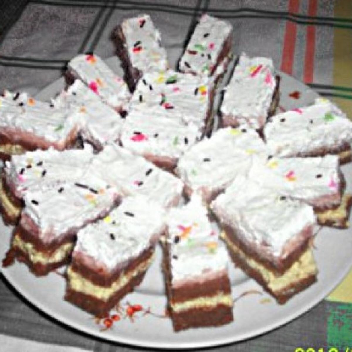 Ezen a képen: Epres kókuszos krémes sütemény