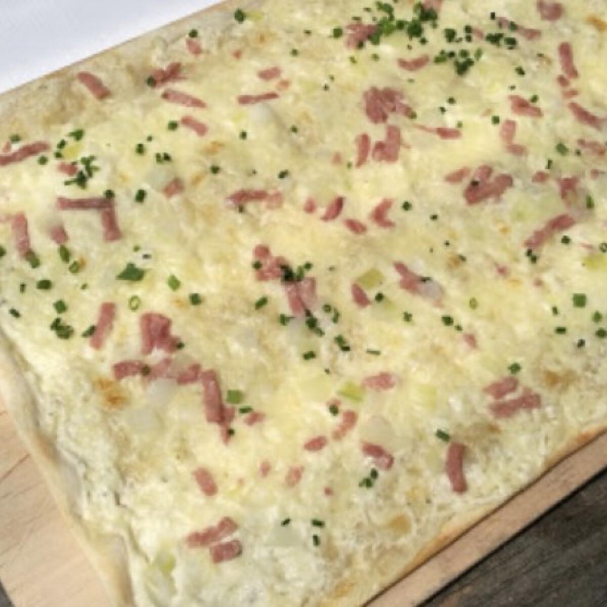 Ezen a képen: Langalló - Fokhagymás-tejfölös, baconös kenyérlángos
