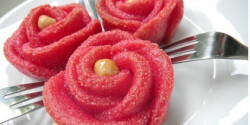 Sziruppal öntözött vörös rózsa