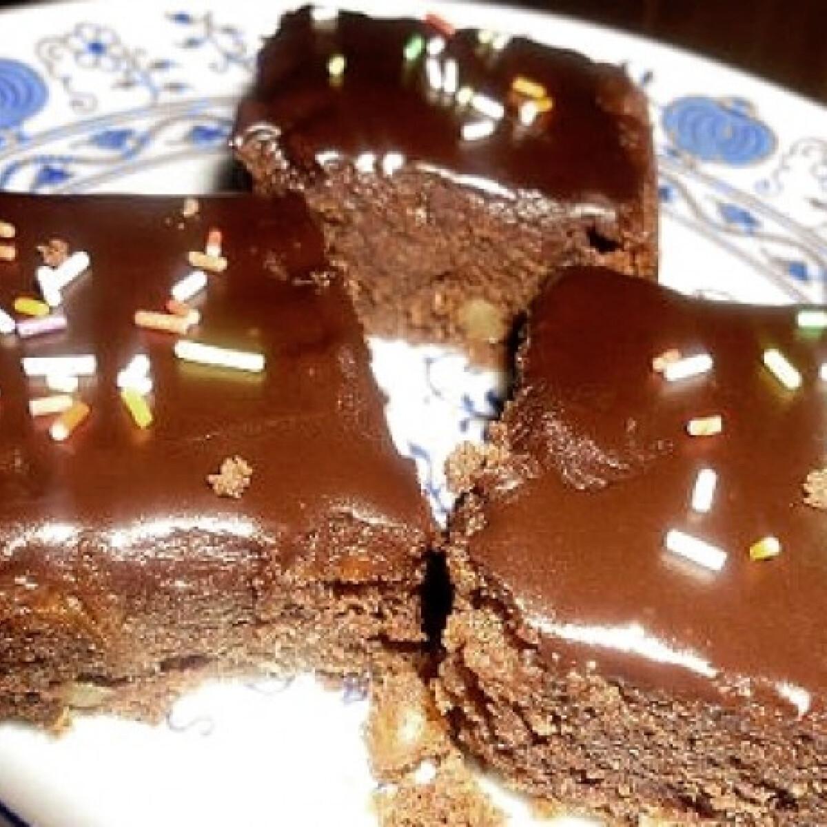 Ezen a képen: Csokis-diós szelet Helenától