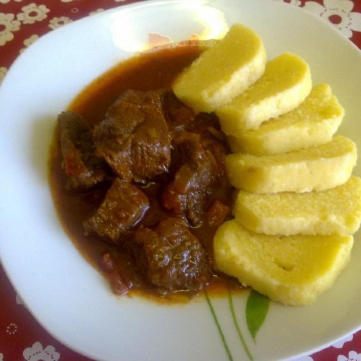 Chilis marhagulyás kukoricás-krumplis knédlivel