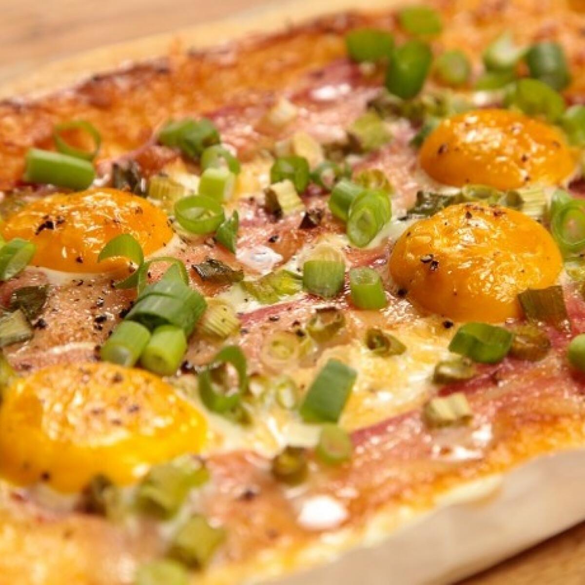 Ezen a képen: Reggeli pite tojással és baconnel
