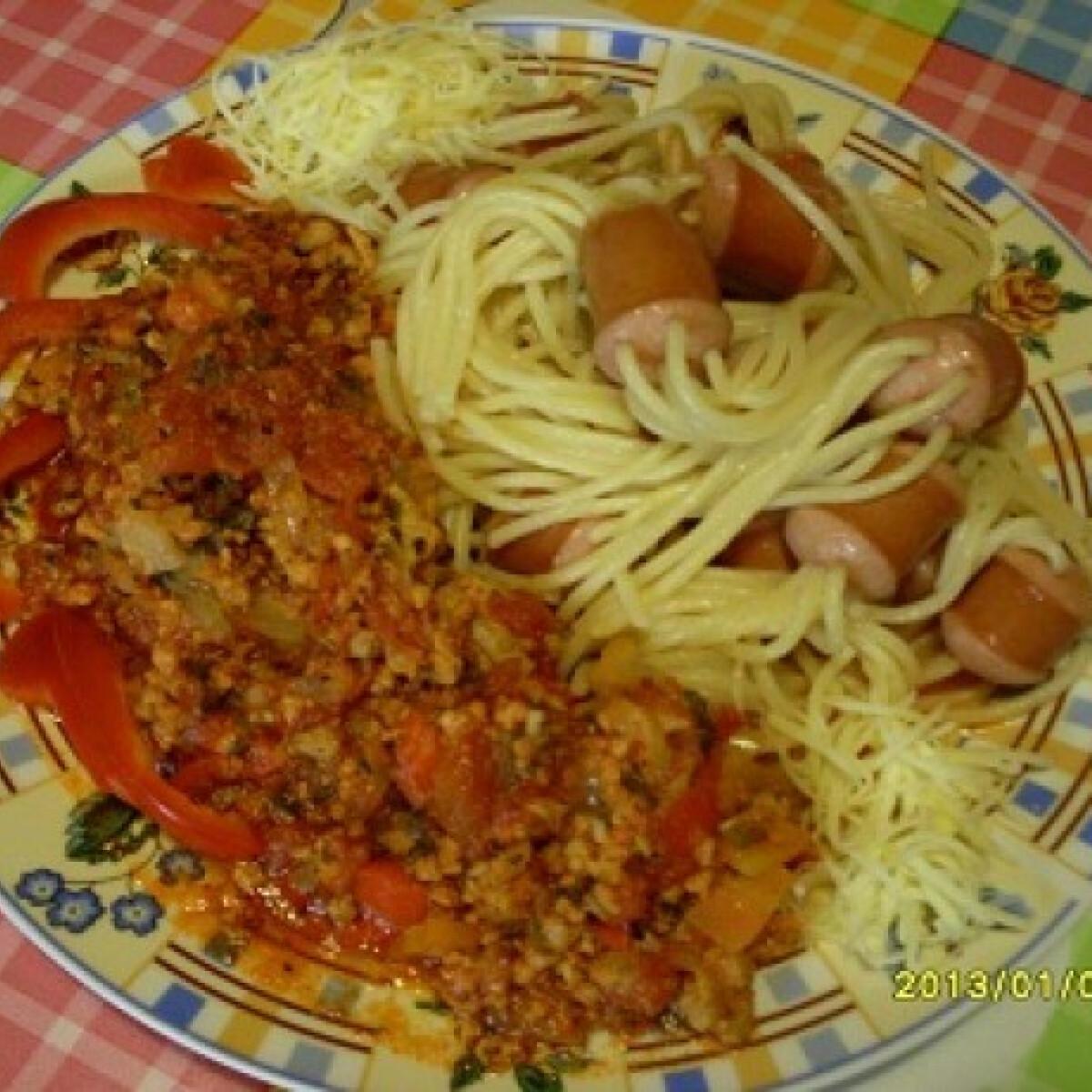 Ezen a képen: Spagettivel tűzdelt virsli olaszos raguval