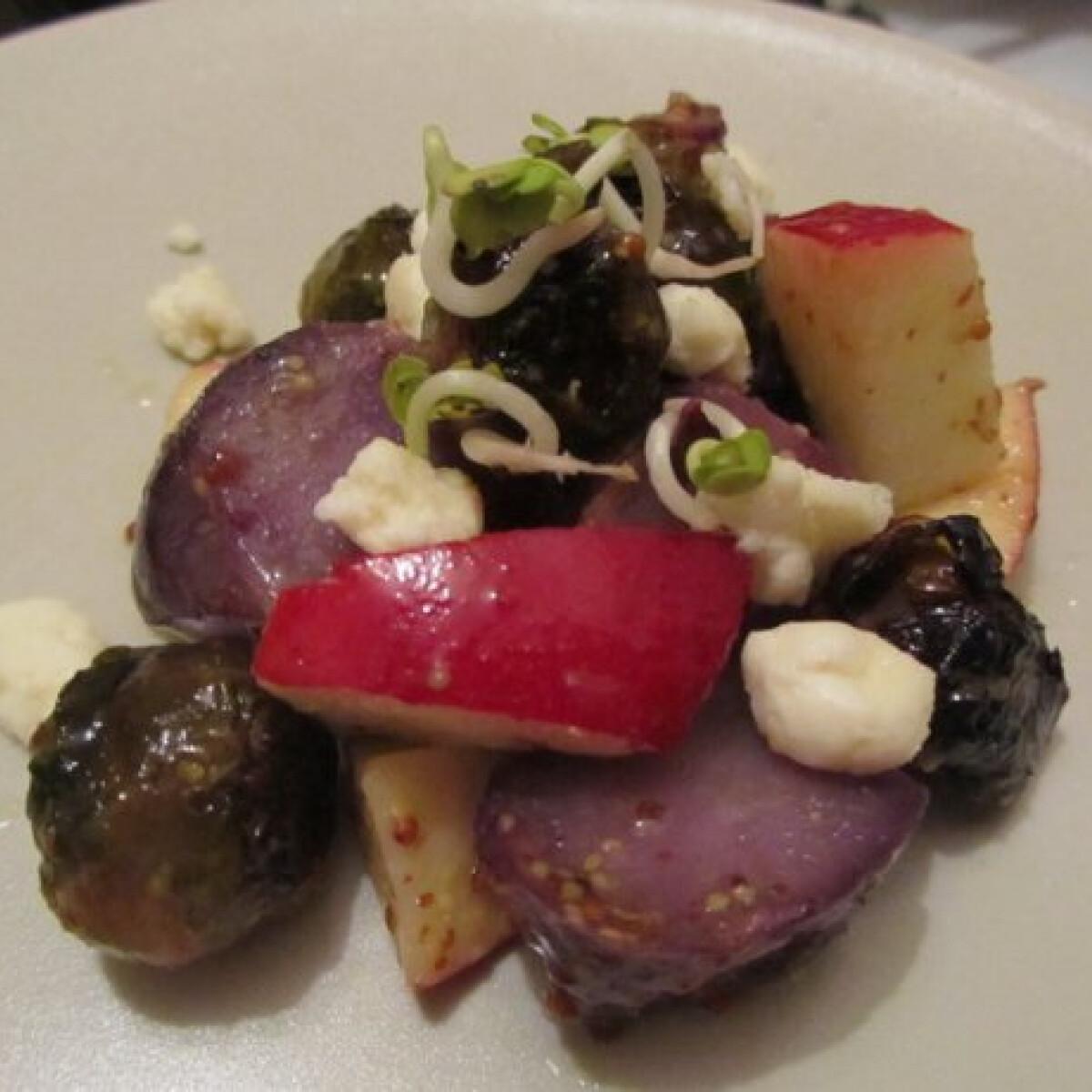 Meleg kelbimbósaláta lila krumplival