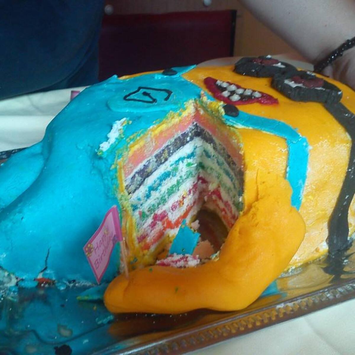 Ezen a képen: Fehér csokis-mascarponés Minion torta