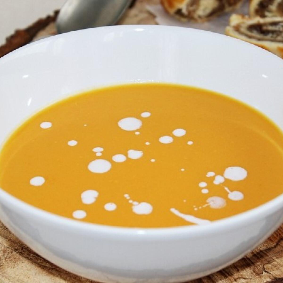 Ezen a képen: Gyömbéres-narancsos sütőtökkrémleves