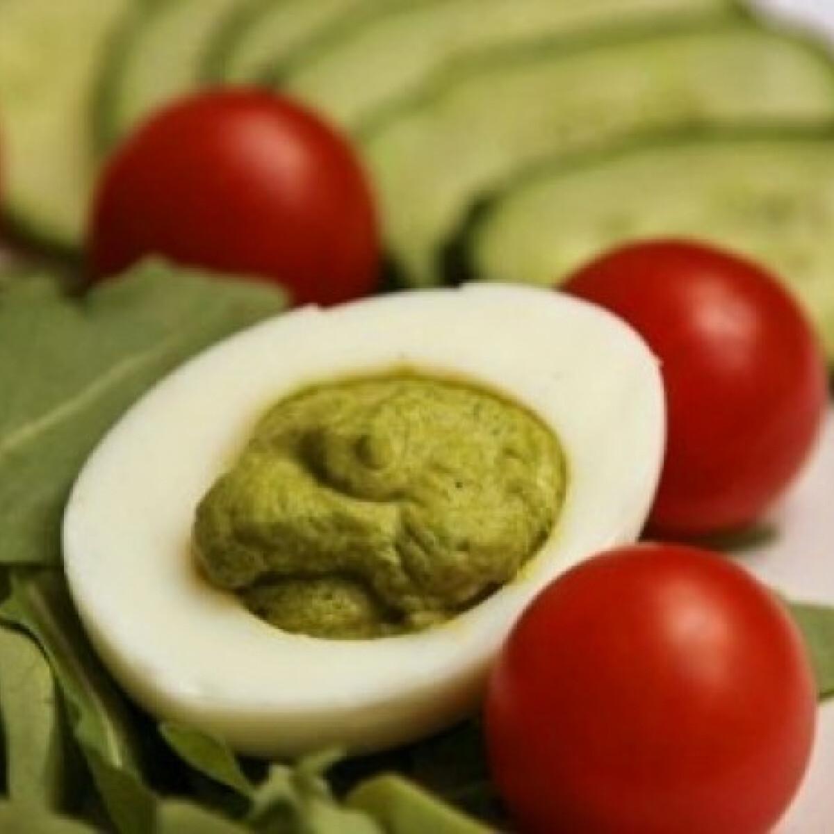 Ezen a képen: Rukkolakrémmel töltött tojás
