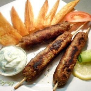 Kebab görögösen, fűszeres, sült burgonyával