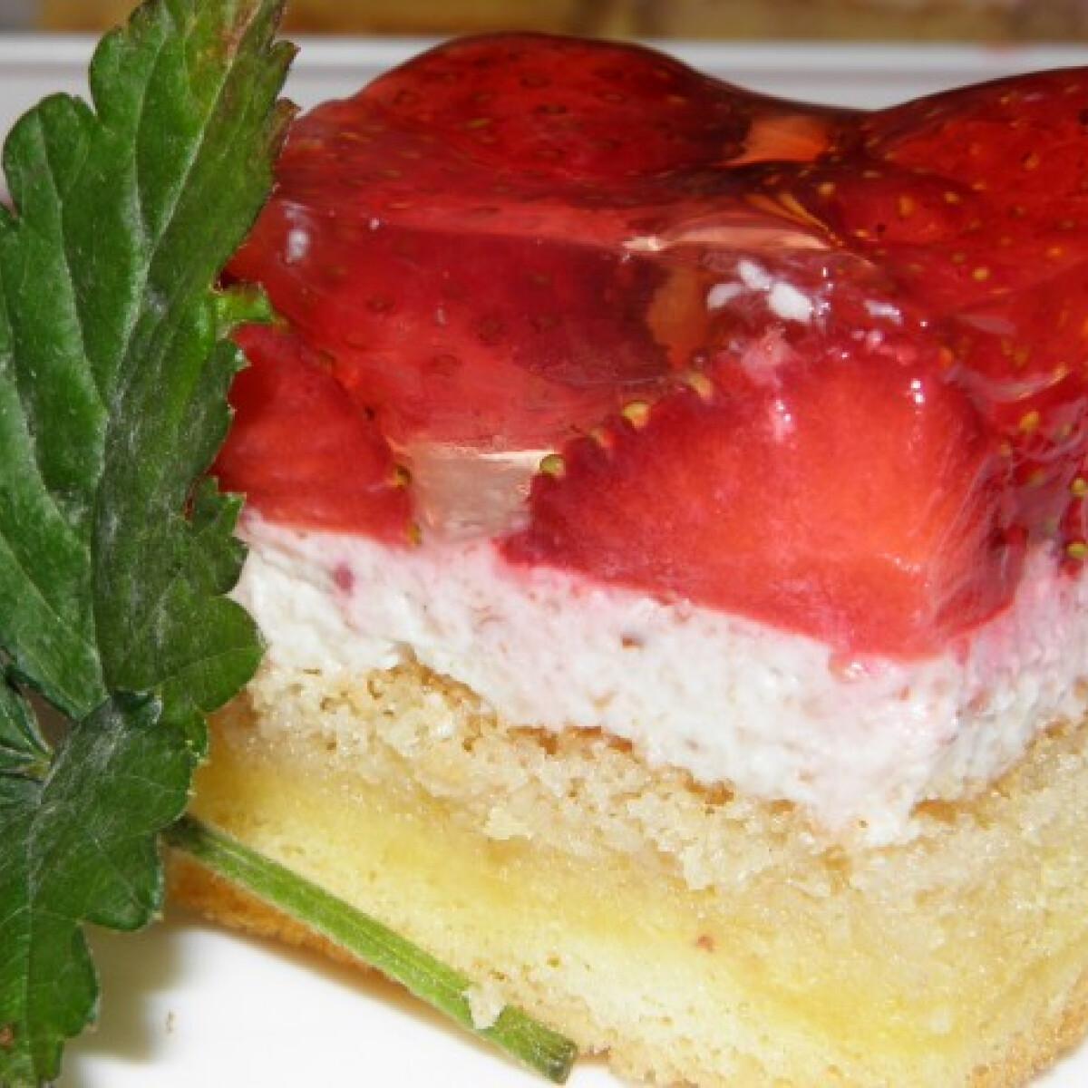 Ezen a képen: Diókrémes epres süti