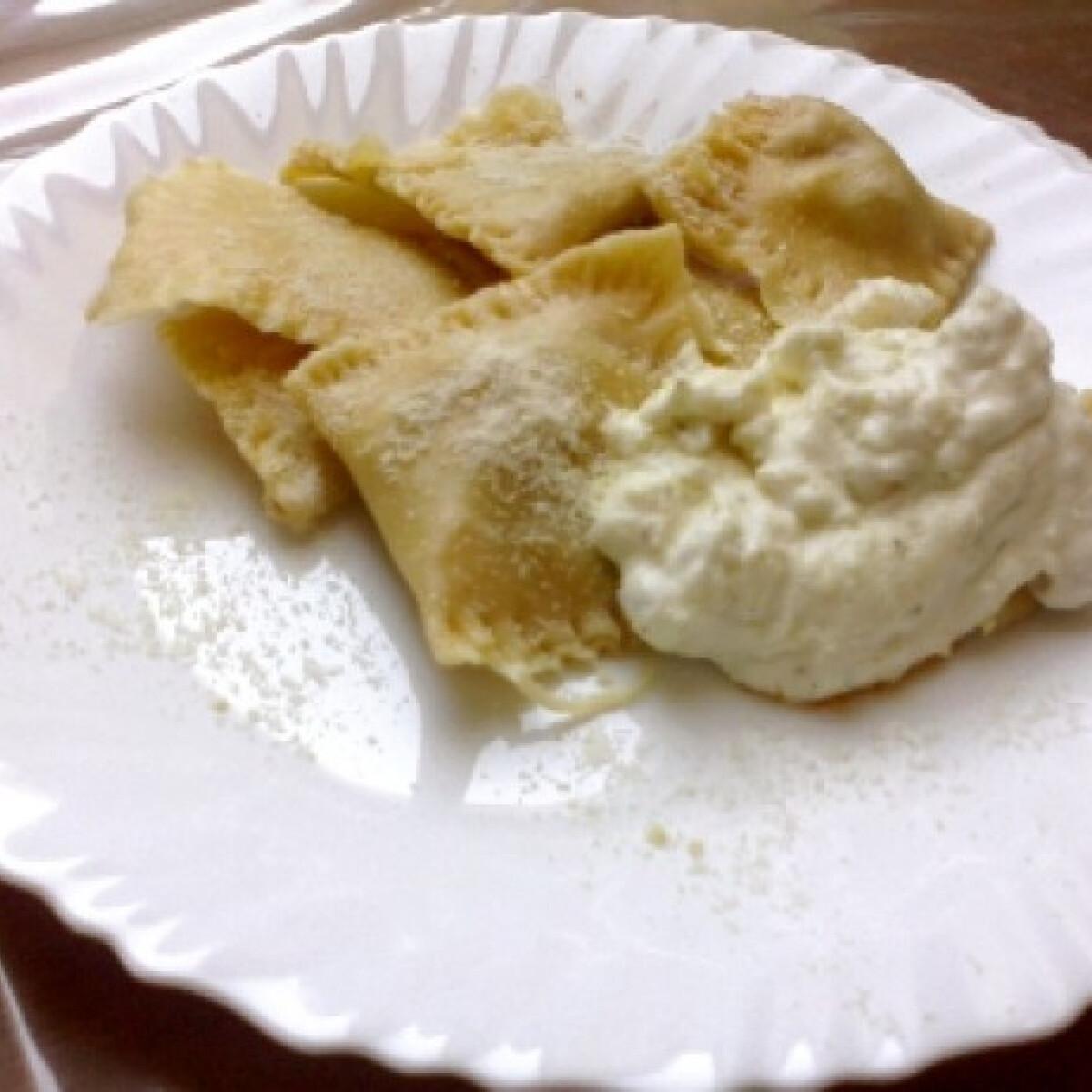 Ezen a képen: Ravioli tejszínes-fokhagymás szósszal