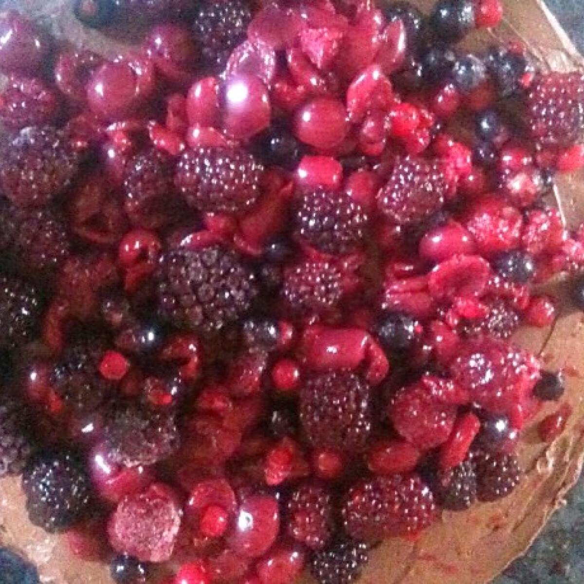 Ezen a képen: Csokis-mascarponés torta erdei gyümölccsel