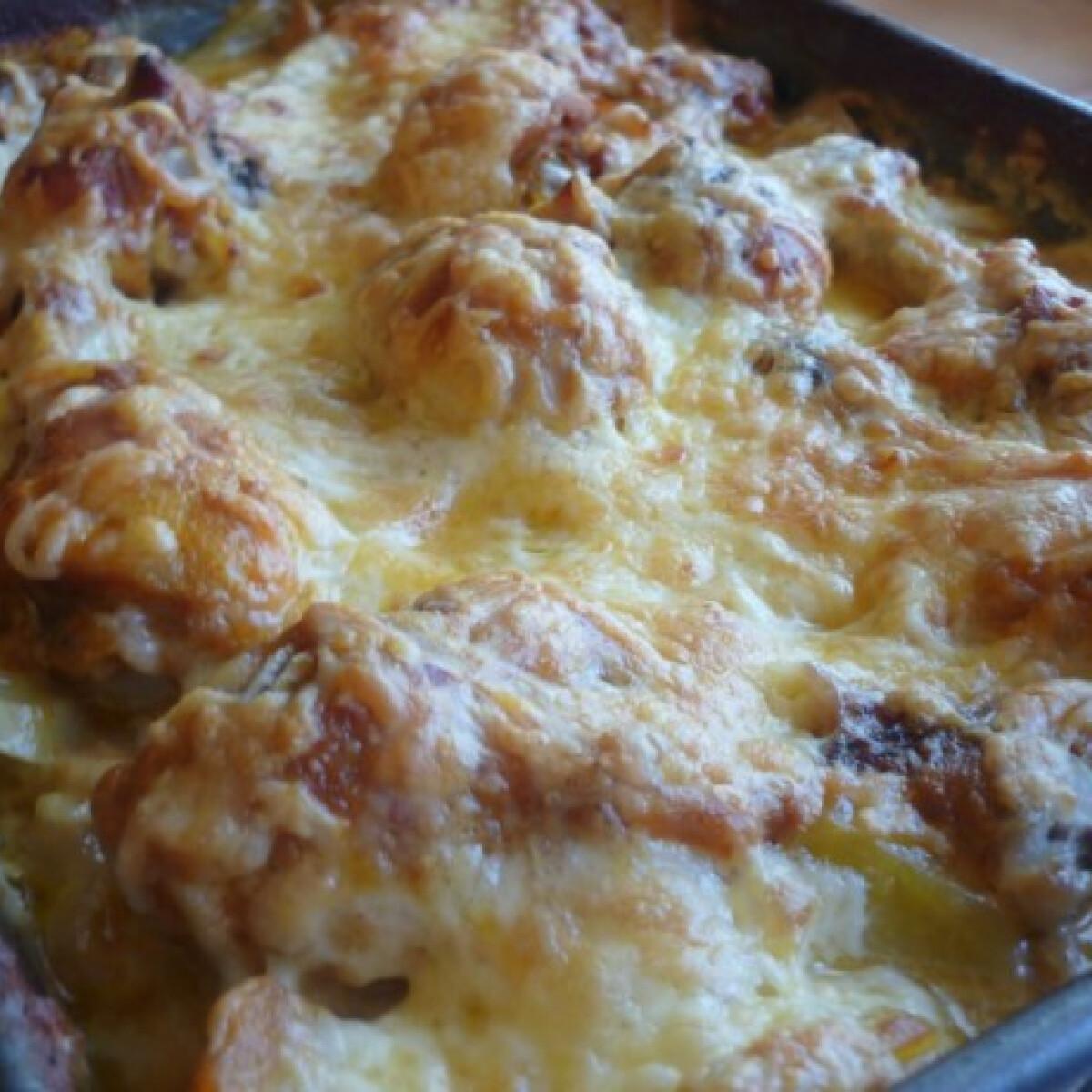 Ezen a képen: Csirkecomb tejszínes-sajtos krumplival sütve