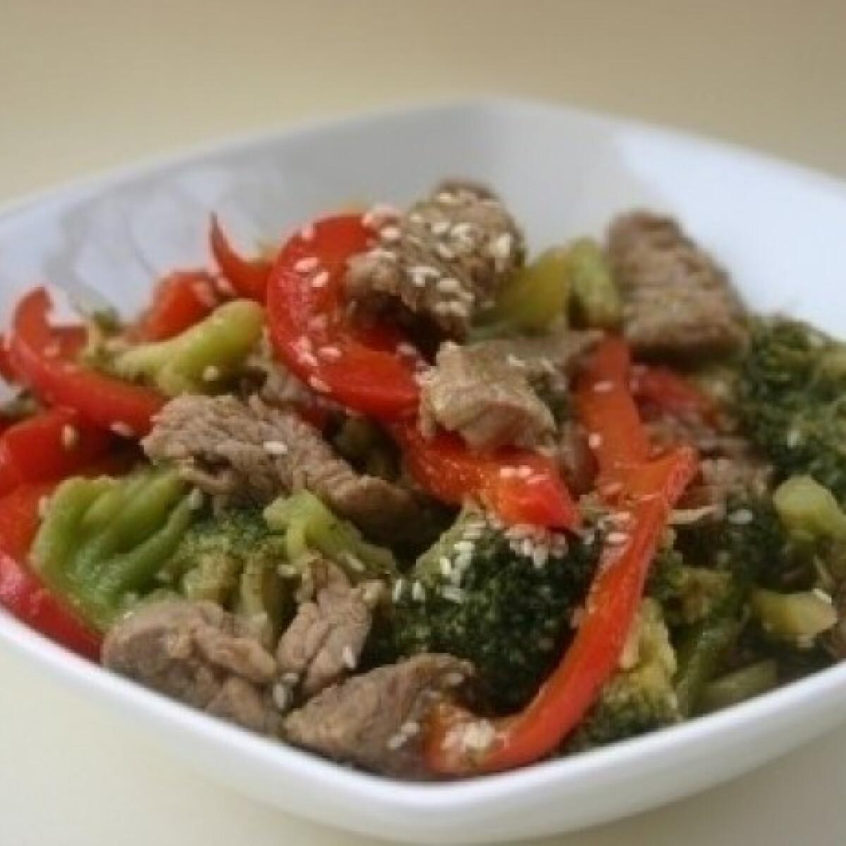Ezen a képen: Chilis-brokkolis marhahúscsíkok