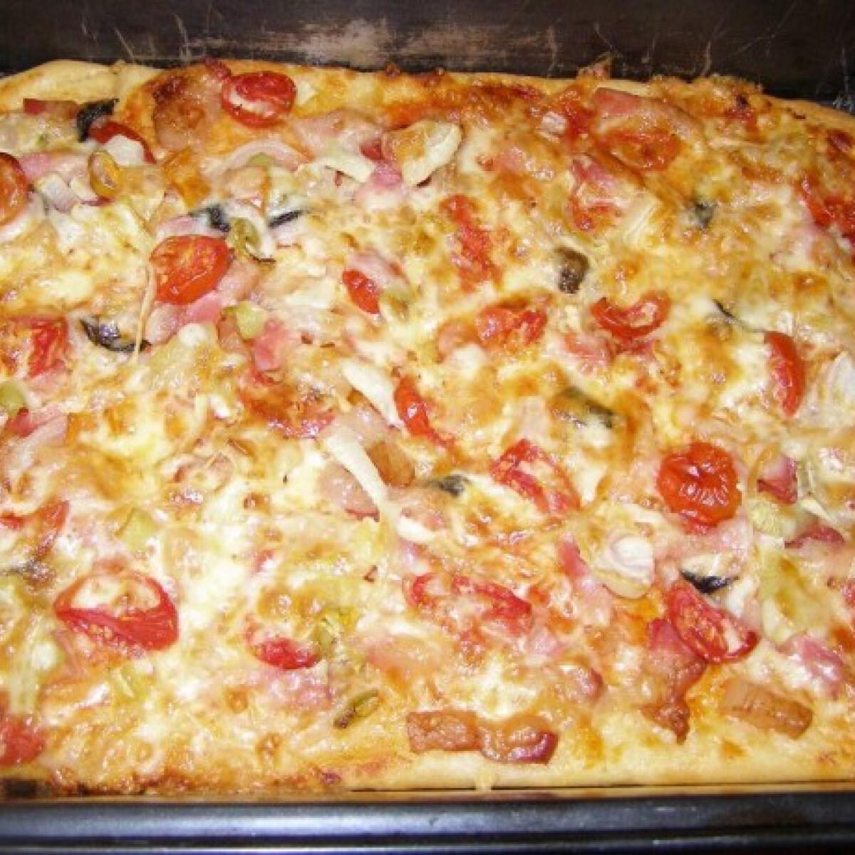 Ezen a képen: Csípős magyaros pizza
