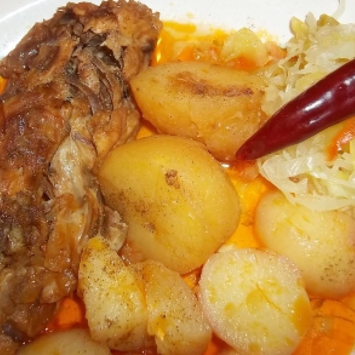 Ezen a képen: Csirkefarhát pörkölt krumplival