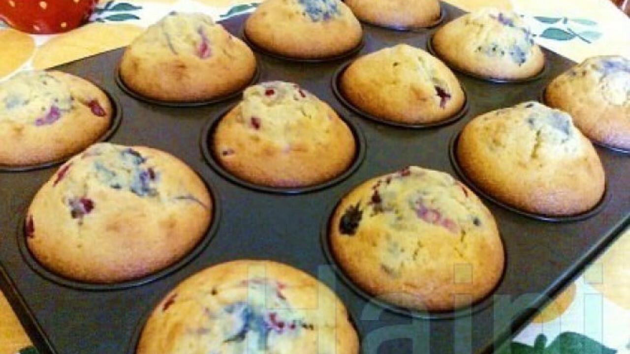 Muffin piros bogyós gyümölcsökkel