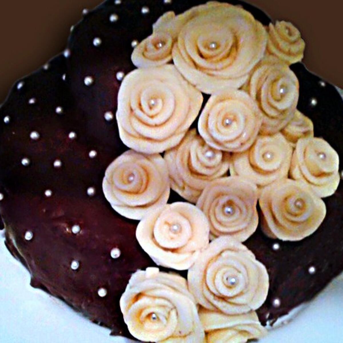 Ezen a képen: Fehér csokis-karamellás vörös bársony torta
