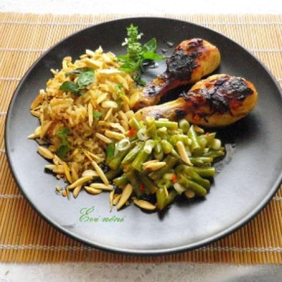 Ezen a képen: Ragacsos csirkecomb mandulás rizspiláffal